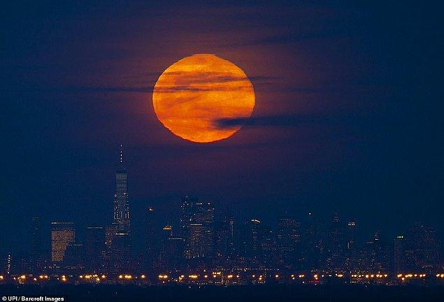 4. Manhattan sokaklarına kadar inecekmiş gibi görünen Süper Ay, New York.