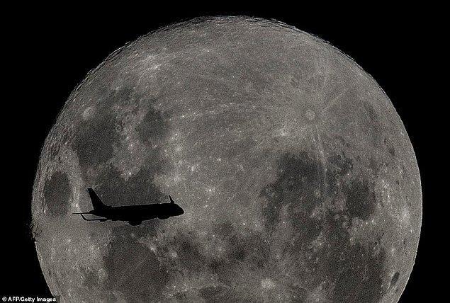 7. Arjantin semalarında uçan bu uçakla Ay'ın arasında sanki metreler varmış gibi görünüyor.
