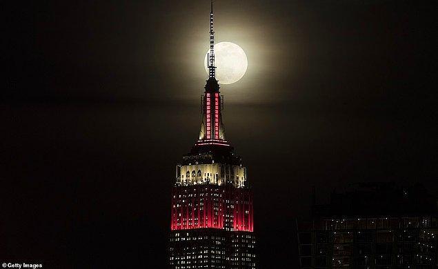 9. Empire State binası ve Süper Ay'ın bir araya gelişi adeta film setlerini andırıyor.