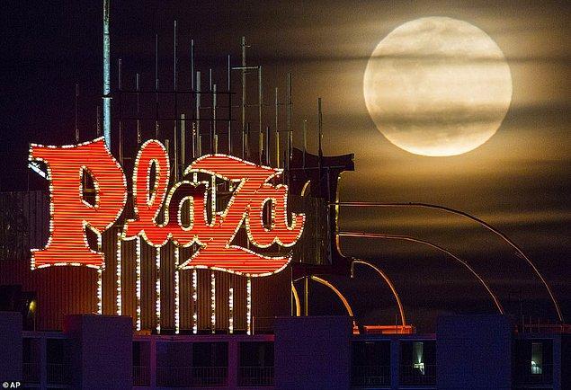 12. Las Vegas'ın en ünlü otellerinde biri olan Plaza ve Süper Ay bir arada.