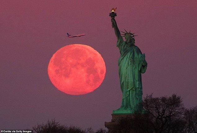 11. Ay, Özgürlük Heykeli'nin tepesine tırmanırken yakalanan bu görüntü New York'dan.