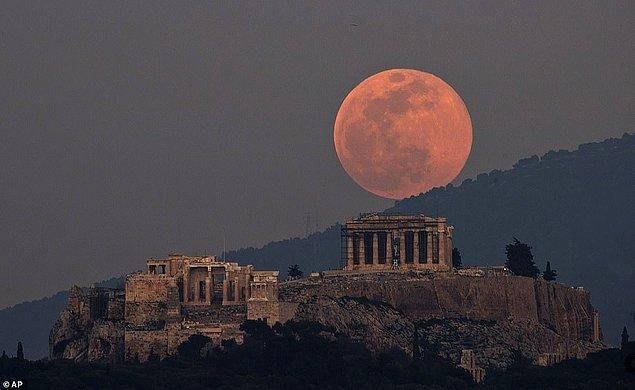 13. Akropolis Tepesi ile güzel bir uyum yaklayan Süper Ay, Athena, Yunanistan.