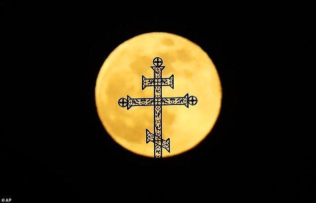 14. Süper Ay, Belarus'ta bir Ortadoks kilisesini aydınlatıyor.
