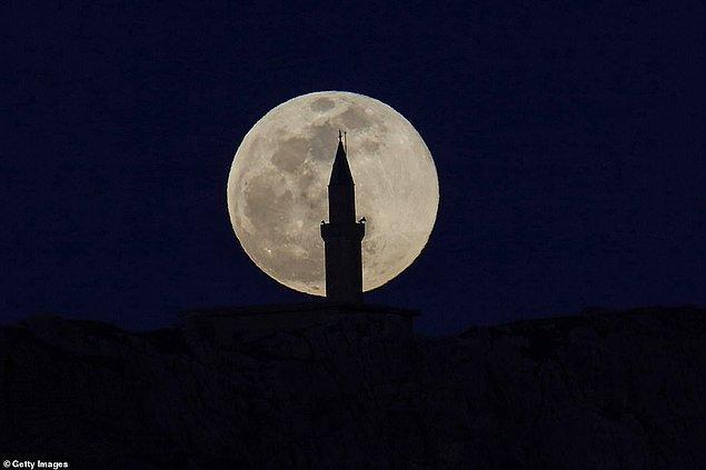 18. Van'da bir minarenin arkasına saklanan Süper Ay.