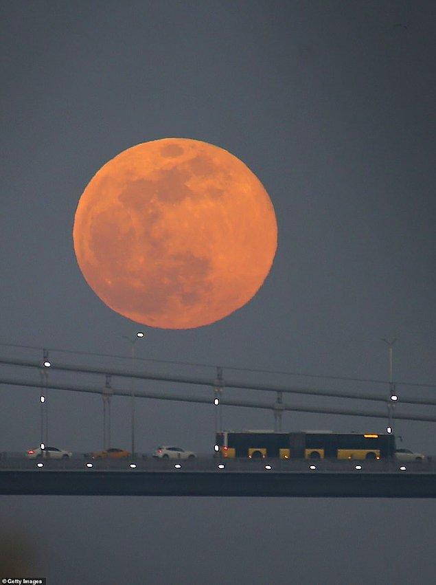 19. Süper Ay üçlemesinden ikincisi olan Süper Kar Ayı'nın Boğaz Köprüsü'nden görüntüsü.