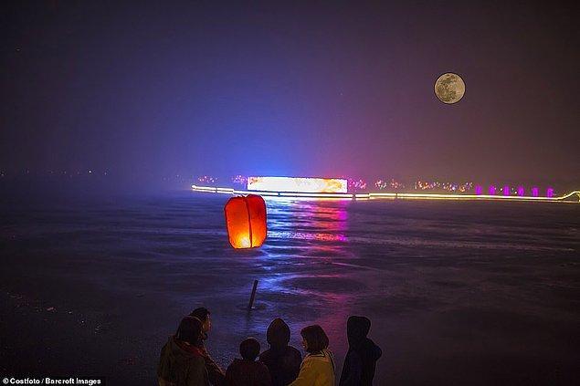 16. Çin'de ise Fener Festivali ile aynı zamana denk gelen bu olay, sanki gökyüzüne bırakılan fenerler Ay'a çarpacakmış gibi bir his veriyor.
