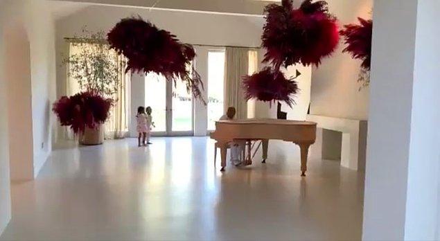 Piyanodan başka hiçbir eşya olmayan salonları...