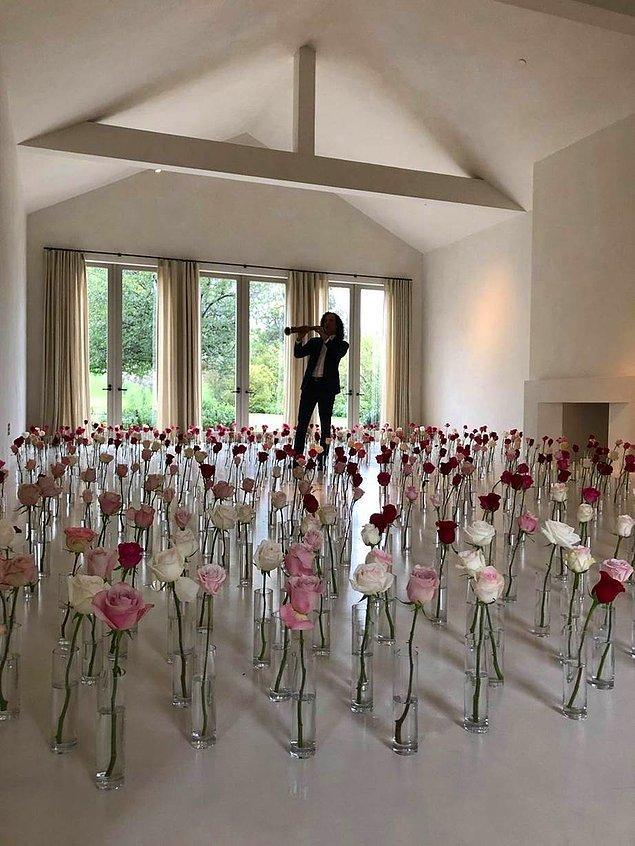 Sevgililer Günü'nde, Kardashian evinin salonu olan bu fotoğrafı tweet attı.