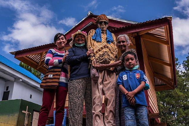 Uzak ülkelerden insanlar akrabalarını, hatta yüzyıllar önce yaşamış atalarını ziyarete geliyolar.