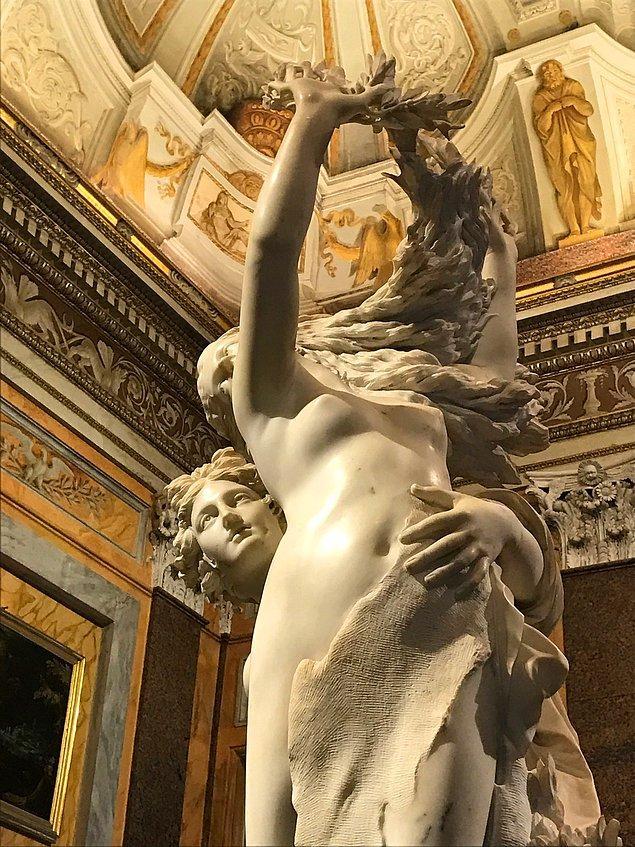 Bir gün Daphne yine kaçarken Apollon'la karşılaşır ve bu sefer yakalanacağını anlar...