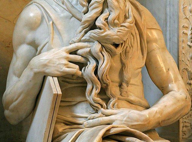İnsan anatomisini en gerçekçi şekilde yansıtan eserlerden biri olan Musa'nın Hükmü'nde Michelangelo'nun el detaylarına gösterilen özen gerçekten hayranlık uyandırıcı...