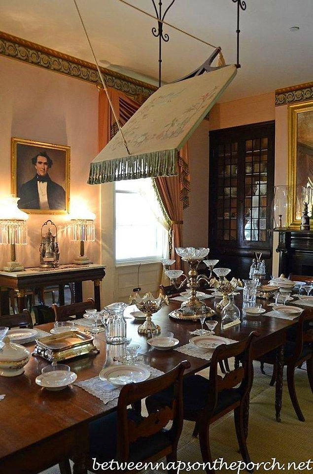 1700'lerdeki sömürge evlerinin araştırılması. Bu yemek odasındaki tavana asılı şey nedir?