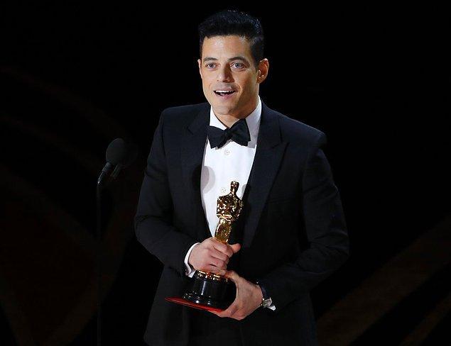 """""""En İyi Erkek Oyuncu"""" ödülünü beklendiği gibi """"Bohemian Rhapsody"""" filmindeki rolüyle Rami Malek kazandı."""