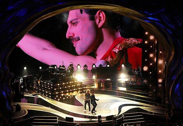 Gece, dünyaca ünlü Queen grubunun şarkılarıyla başladı.