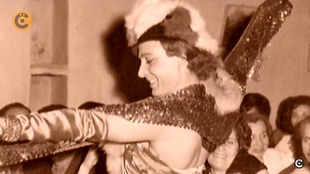 """Ve Haldun Dormen'in isteğiyle orada Marlene Dietrich'i canlandırmış. Seyirci sevmeyince de """"Lanet olsun bu Alman karıyla ne uğraşacağım. Ben ne anlarım Marlene Dietrich'den?"""" diyerek Türkçe şarkılara geçince seyirciler coşmuş."""