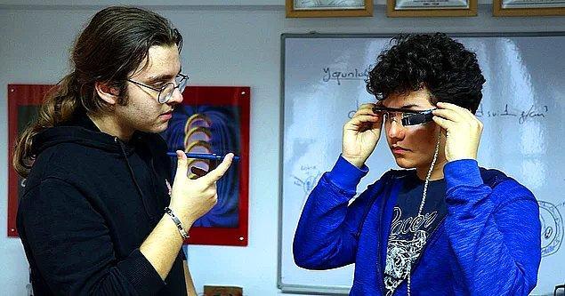 1. Düzce Bilim ve Sanat Merkezi (BİLSEM) öğrencisi Ömer Berkay Biçen ve Dağhan Akyürek, fizik öğretmenleri Adem Akkuş'un danışmanlığında, işitme engelliler için alt yazılı gözlük geliştirdi.