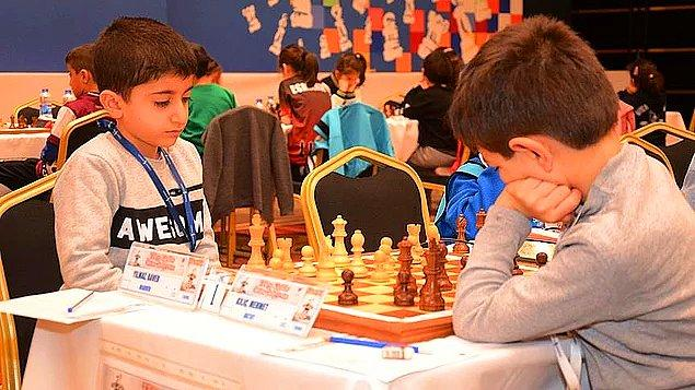 8. Antalya'da yapılan Türkiye Küçükler, Yıldızlar ve Emektarlar Satranç Şampiyonası'nda 7 yaş kategorisinde yer alan Mardin Kızıltepeli Baver Yılmaz, oynadığı 11 maçtan da puan kaybetmeden galip gelerek Türkiye Şampiyonu oldu.