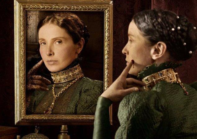 Kocası savaşa gittiği için evde yalnız kalan Elizabeth hayatından sıkılır olmuştu. Can sıkıntısını geçirmek içinse saatlerce aynanın karşısına geçip güzelliğini seyrediyordu...