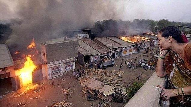 2002: Hindistan'ın Ahmedabad kentinde Hinduların ateşe verdiği, Müslümanlara ait evlerde 55 kişi öldü.