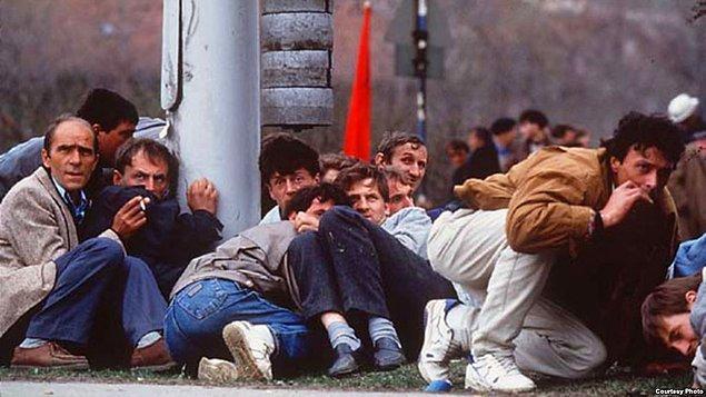 1992: Bosna-Hersek Sosyalist Cumhuriyeti'nde ayrılıkçı referandum kararı alınması ve 'Kanlı Düğün' ismiyle anılan olay Bosna Savaşı'nı tetikledi.