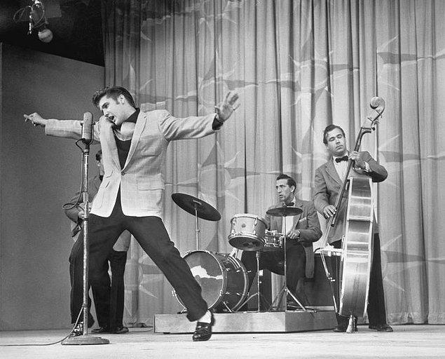 1955: Elvis Presley, ilk kez televizyonda görüldü.