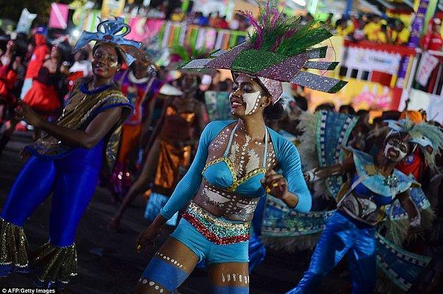 """2001: 3-6 Mart tarihleri arasında Hindistan'ın Kalküta kentinde düzenlenen """"Seks İşçileri Karnavalı""""na, dünyanın çeşitli ülkelerinden katılan 25000'i seks işçisi olmak üzere, 50000'in üzerindeki kişi, 3 Mart'ın """"Dünya Seks İşçileri Hakları Günü"""" olarak kutlanmasına karar verdi."""