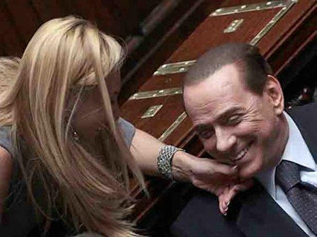 """Skandalın ortaya çıkmasını engelleyemeyen Berlusconi, Bunga Bunga partileri için """"Kızlar, kadınlar doğaları gereği teşhircidir. Teşhiri severler"""" diyerek kendini savundu."""