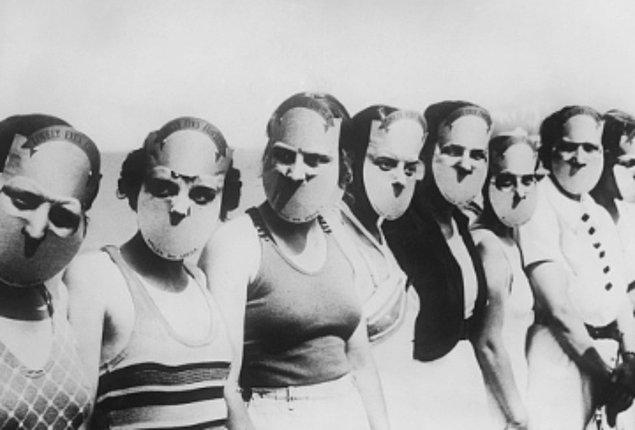 12. 1930 yılında Florida'da düzenlenen Miss Lovely Eyes (Güzel Gözlü Hanım) güzellik yarışmasının yarışmacıları. Yüzlerinin geri kalanını saklamak için maske takıyorlar.