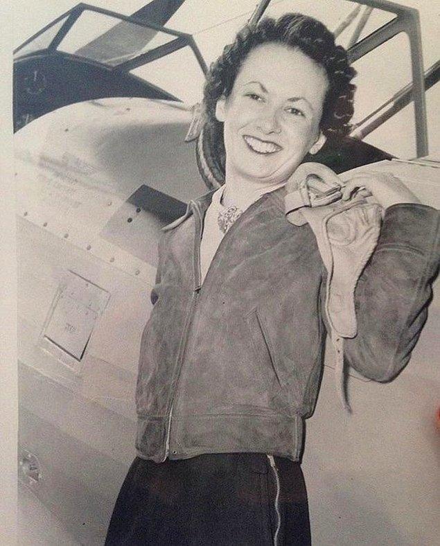 14. 1940 yılında pilot sertifikası almak için eğitim gören bir kadın.