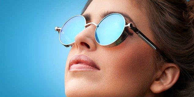 Güneş gözlüğü kullanarak zararlı UVA ve UVB ışınlarından gözlerinizi koruyabilirsiniz.