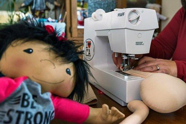 Pediatrik Onkoloji ünitesinde yıllarca sosyal asistan olarak çalışmış olan Amy'nin aklına çocuklar için temsili oyuncaklar üretme fikri geldi.