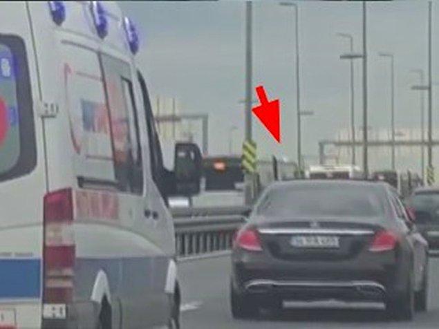 Tepe lambaları yanan özel ambulans hangi şeride geçerse o da direksiyonu o şeride kırıyor.