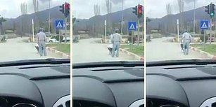 El Arabası Kullanırken Trafik Kurallarına Uyan Adam