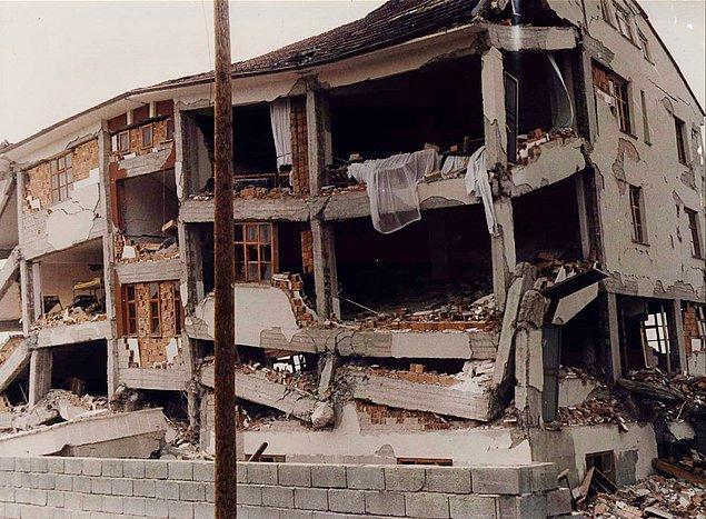 13 Mart 1992, saatler 19:20'yi gösterdiğinde 6.8 şiddetinde bir deprem meydana geldi.