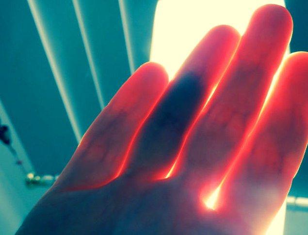 """20. """"Parmaklarımın içerisindeki morlukları ellerimi ışığa doğru tuttuğumda görebiliyorum."""""""