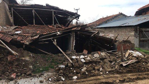 Oğuz ve Yeşildere mahallelerinde eski toprak yapılardan bazıları yıkıldı ve çatlaklar oluştu.