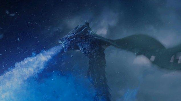 Biliyorsunuz, Daenerys'in bir başka ejderhası Viserion da yedinci sezonun sonunda Gece Kralı tarafından dönüştürülerek White Walker ordusuna katılmıştı. Şimdi geriye bir ejderha kaldı.