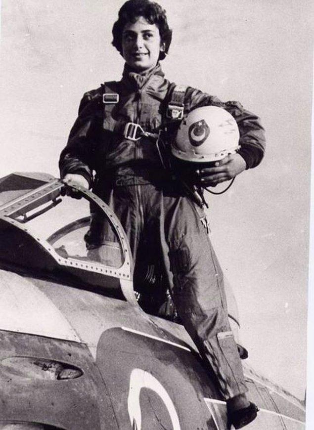 4. Türkiye'nin ilk kadın jet pilotu, Leman Altınçekiç, Eskişehir 1958.