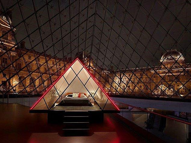 Başka hiçbir ziyaretçi olmadan Louvre Müzesi'ni tek başına gezmek mi?