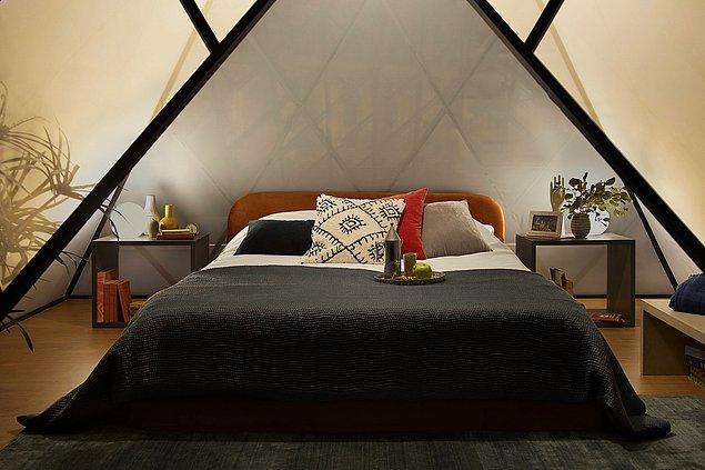 Gecenin sonunda, Louvre'un ikonik küçük piramidinin ve yıldızların altında geçirdiğiniz muhteşem geceyi düşünerek uykuya dalabilirsiniz.