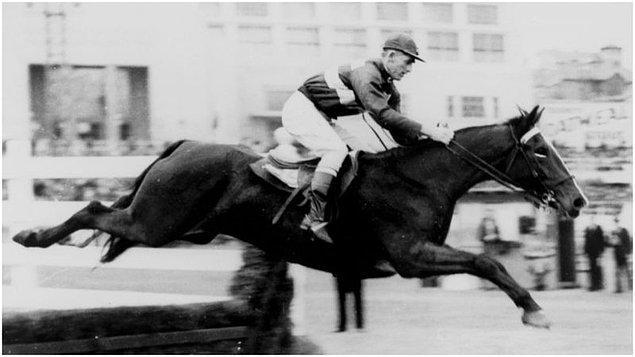 14. 1923'te bir jokey, yarış sırasında kalp krizi geçirerek ölmüştür, fakat atı devam edip yarışı kazanmıştır. Bu da jokeyi öldükten sonra yarış kazanan ilk ve tek jokey yapmıştır.