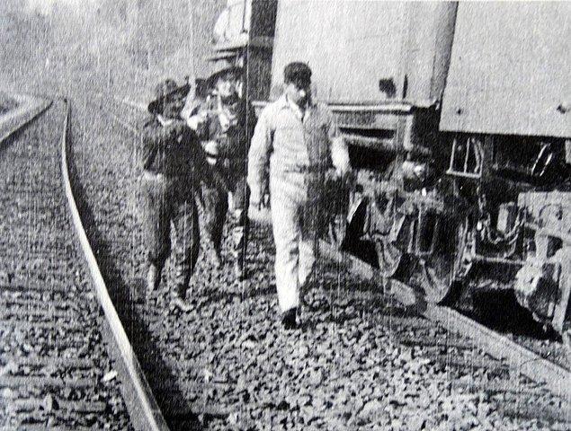Temmuz 1873'ten sonra Jesse ve çetesi tren soygunlarına yönelirler. Yaptıkları tren soygunlarında yolculara ve paralarına dokunmayıp sadece para kasalarını çalmaları onlarda halk sempatisi oluşmasını sağlar.