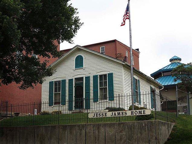 Adına şarkılar, makaleler, kitaplar yazılan Jesse James için, kendi adına olan müzeler ise genellikle onun soygun gerçekleştirdiği yerlerdedir ve tabii ki vurulduğu ev!