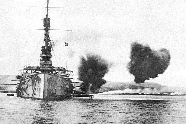 1915 - İngiliz - Fransız kuvvetleri, Çanakkale'ye çıkarma harekatı başlattı. Kara savaşları başladı.