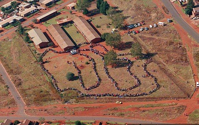 1994 - Güney Afrika'da siyahi vatandaşların da oy verebildiği ilk demokratik seçimler yapıldı.