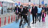 İzmir Büyükşehir Belediye Başkanı Tunç Soyer, 23 Nisan Kutlamalarına Bisikletle Gitti