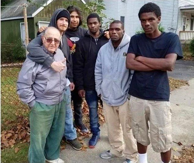 11. Bu gençler, evi yanan yaşlı adamın hayatını kurtarmış.