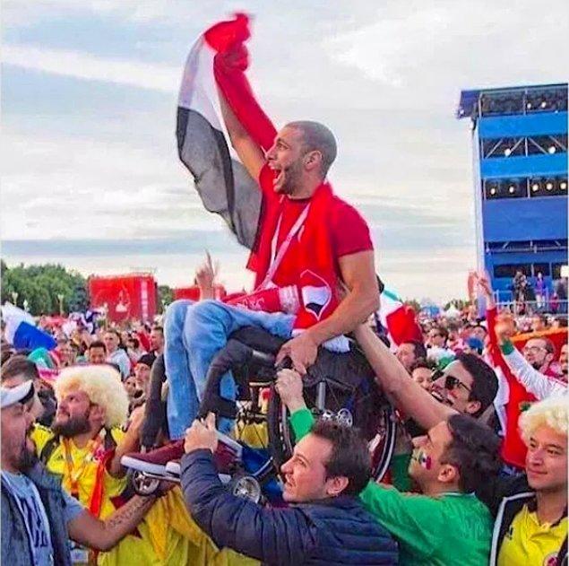 27. Mısırlı taraftara, desteklediği takımı görebilmesi için yardım eden Meksika ve Kolombiya taraftarı.