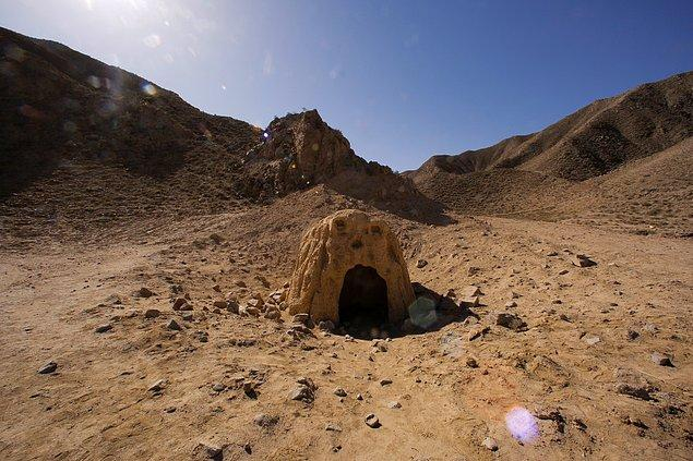 Ayrıca Mars yüzeyinde olası bir mağara da yer alıyor.