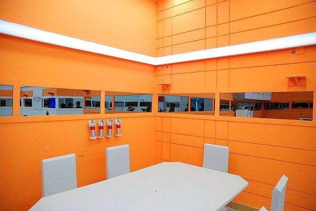 Kantin ve restoran alanı da bir uzay üssünü andıracak şekilde tasarlanmış.